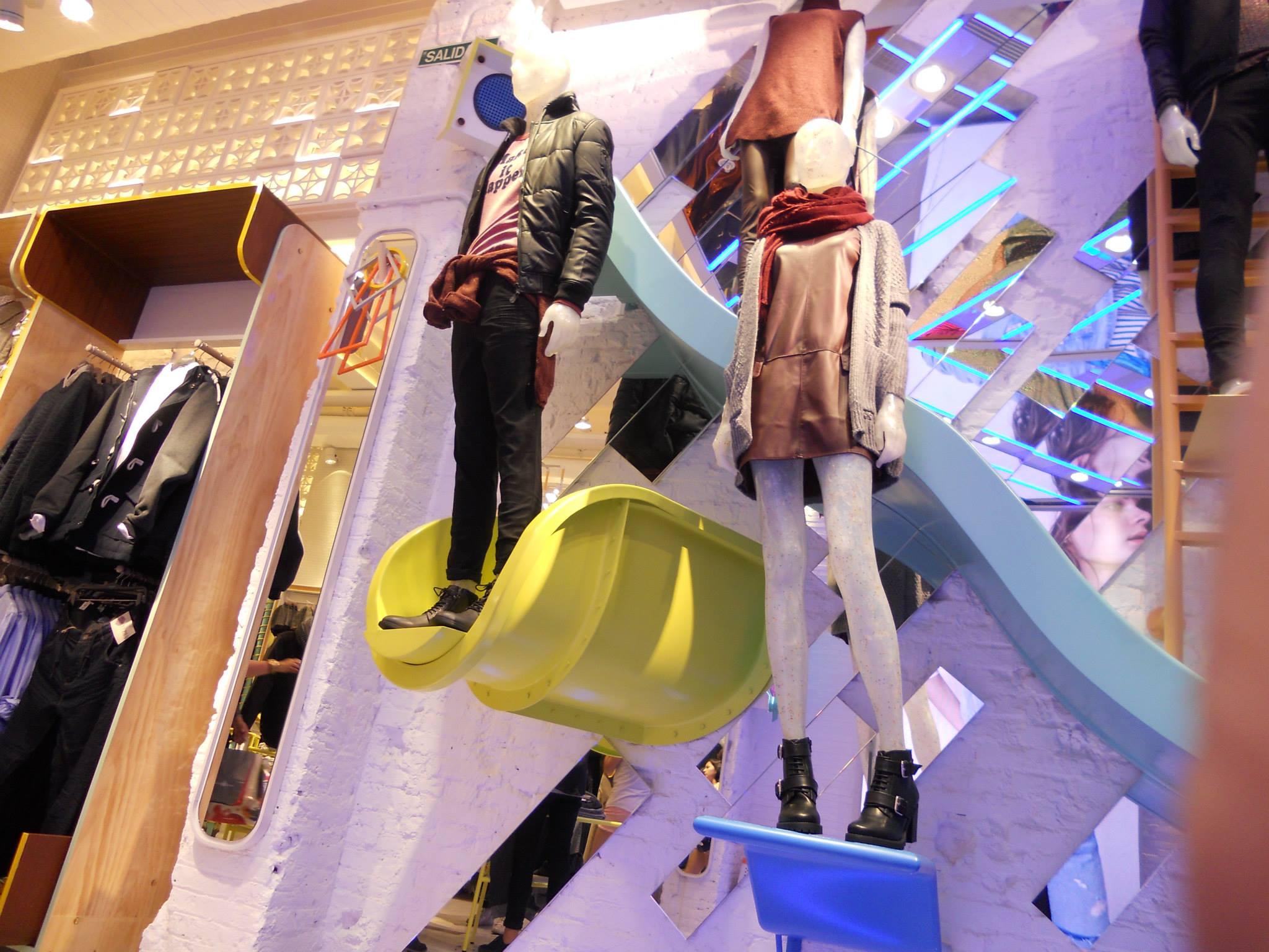 retro-techno-pull-and-bear- mannequin-slides